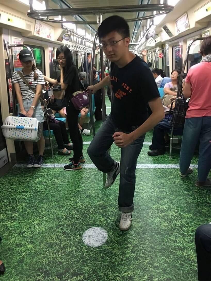 台湾のユニバーシアード競技大会の地下鉄広告/サッカーを模した芝生