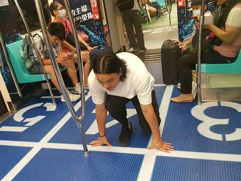 台湾のユニバーシアード競技大会の地下鉄広告/陸上競技会場を模したグラウンド