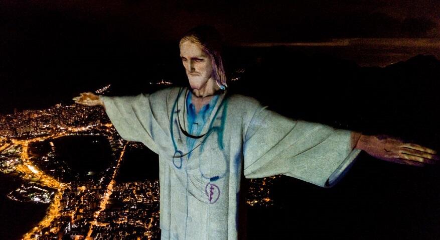 ブラジルのコルコバードのキリスト像がプロジェクションマッピングで白衣姿へ