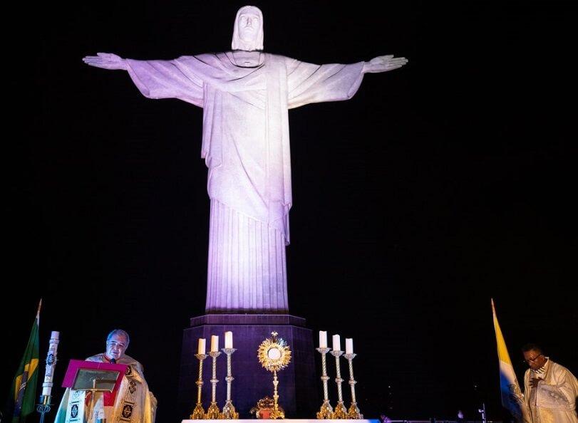 カトリック教会のオラニ・テンペスタ大司教がコルコバードのキリスト像の台座でミサ