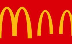 マクドナルドなどの大企業が企業ロゴをソーシャルディスタンス仕様に