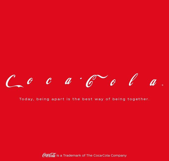 コカ・コーラのソーシャルディスタンスのアレンジがされた企業ロゴ
