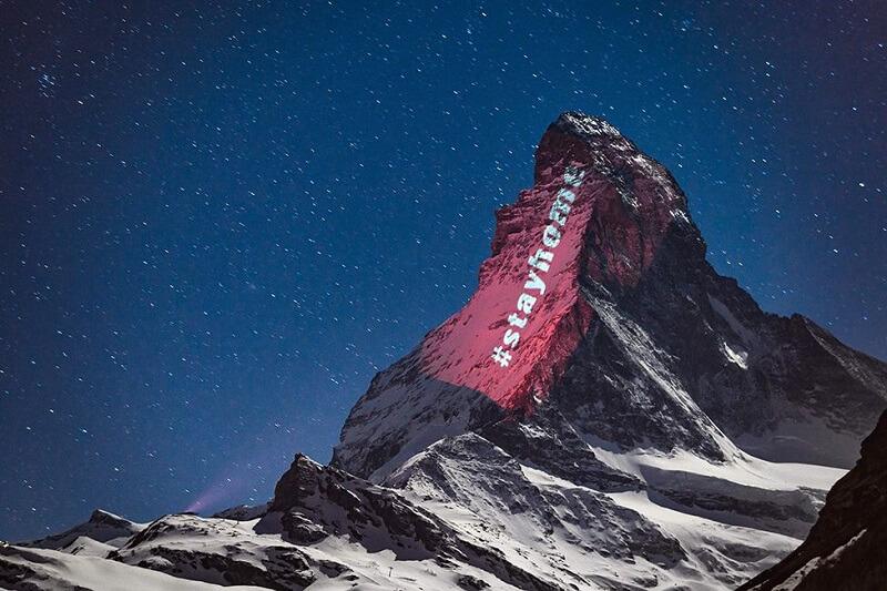 スイスのマッターホルンにプロジェクションマッピングで希望のメッセージ「STAY HOME」