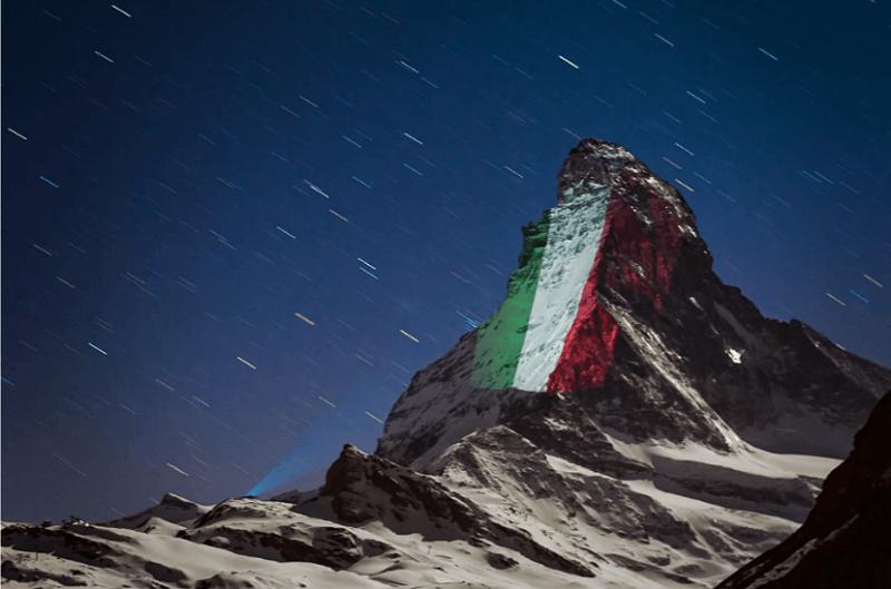 スイスのマッターホルンにプロジェクションマッピングで希望のメッセージ「イタリア国旗」