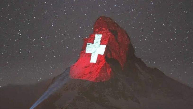 スイスのマッターホルンにプロジェクションマッピングで希望のメッセージ「スイス国旗」