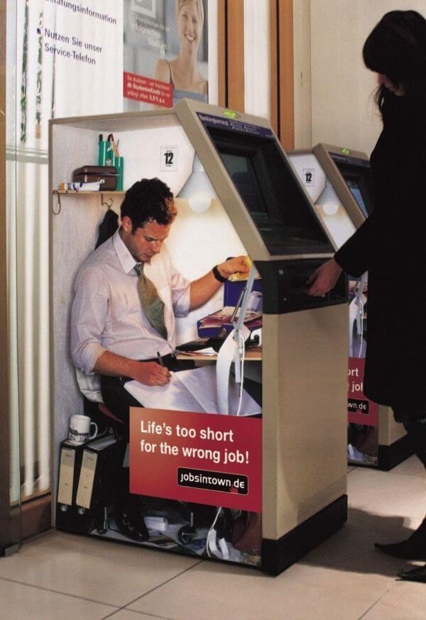 ATMの中でお金の引きしをする間違った仕事(Life's too short for the wrong job)