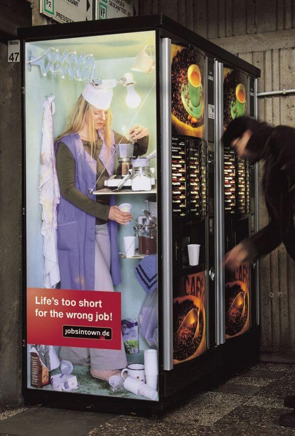 コーヒーマシーンの中でコーヒーをドリップする間違った仕事(Life's too short for the wrong job)