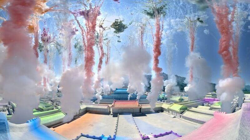 中国人芸術家のツァイ・グオチャン(蔡國強)の火薬と煙の野心的アート作品